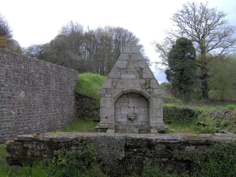 fontaine ancienne Morbihan, non loin de Plouay