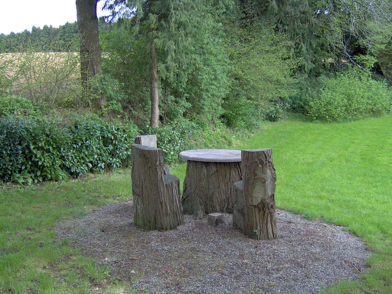 table et sièges en bois (tronc d'arbre) Morbihan, secteur Plouay