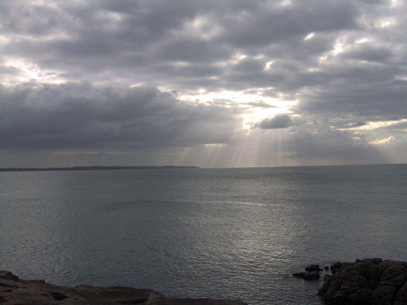 Littoral Kerroch : le soleil transperce les nuages !