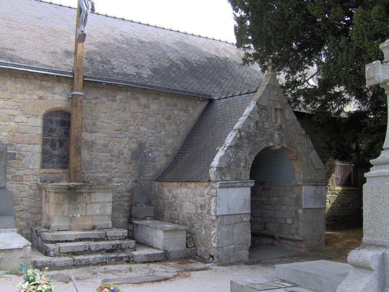 Une des entréee de la chapelle