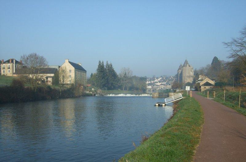 Canal de Nantes à Brest près du château de Josselin
