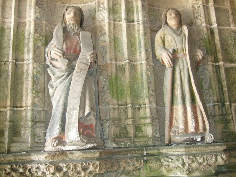 Notre-Dame de Kernascléden : statue à l'entrée de l'église