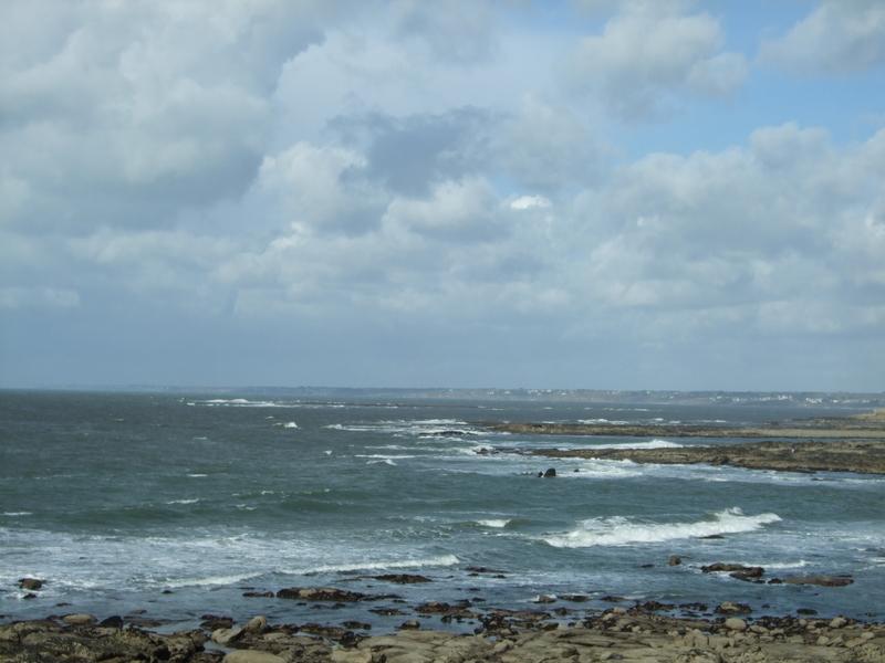 Vue sur les vagues et les rochers de la plage des Kaolins