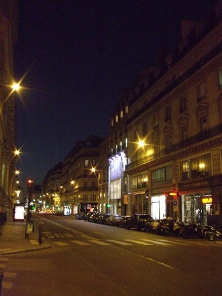 Une rue de Paris photographiée de nuit