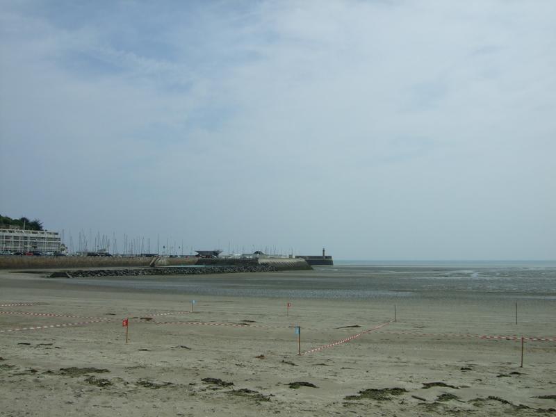 Plage de Binic : vue en direction du port de plaisance