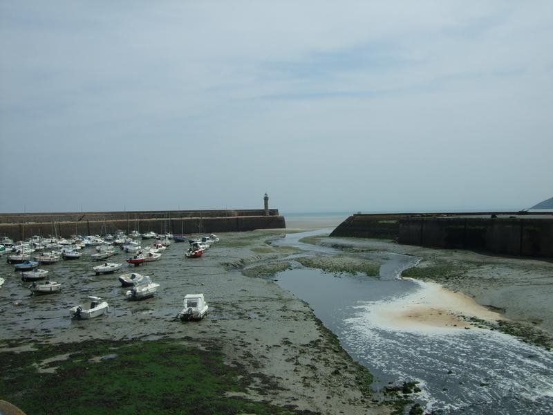 Plage de la Banche (Binic) : bateaux de plaisance sable mouillé