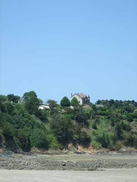 Plage de la Banche (Binic) : maison en pierre au-dessus de la plage