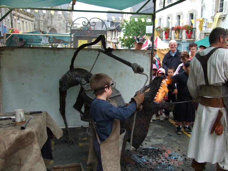 apprenti forgeron fête médiévale Josselin 2010