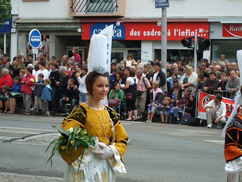 Femme costume traditionnel festival interceltique 2010