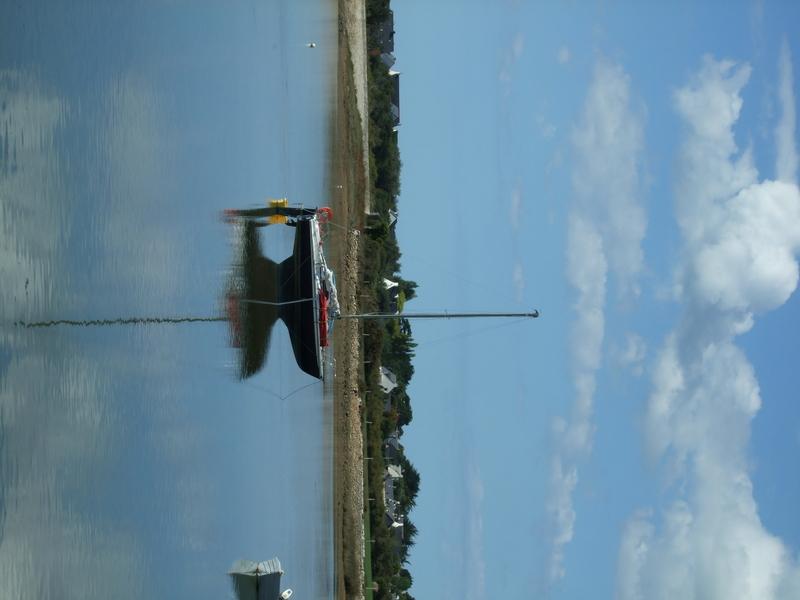Locmariaquer (reflet bateau, Marais de Brennegi)