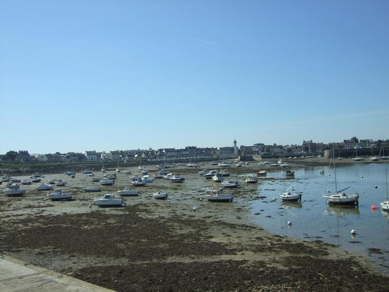 Roscoff, port avec bateaux de plaisance envasés