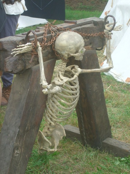 Squelette enchainé fête médiévale Malestroit 2011