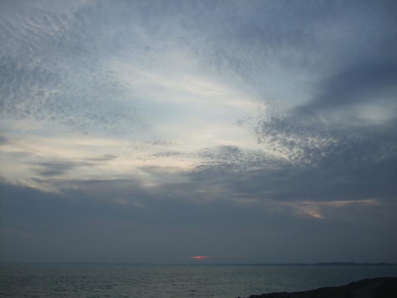 Soleil rouge et nuages sombres… coucher de soleil Sainte-Marine