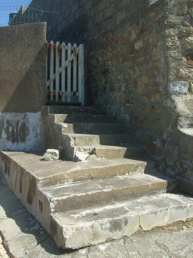 Vieil escalier en pierres Riantec
