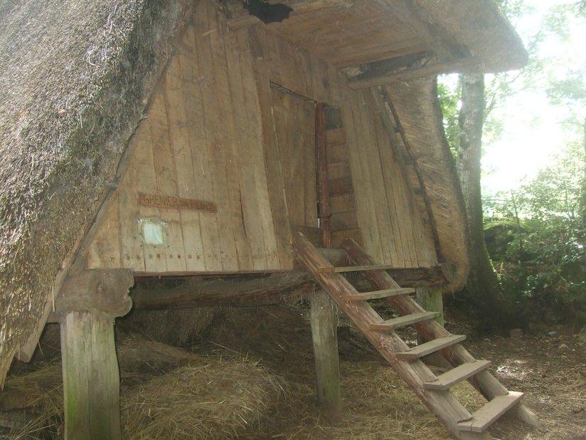 Escalier en bois donnant accès à un grenier médiéval (Village de l'an Mil à Melrand)