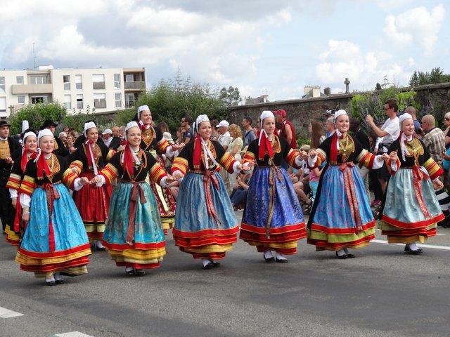 Danseuses en costume traditionnel Grande parade, festival interceltique Lorient 2014