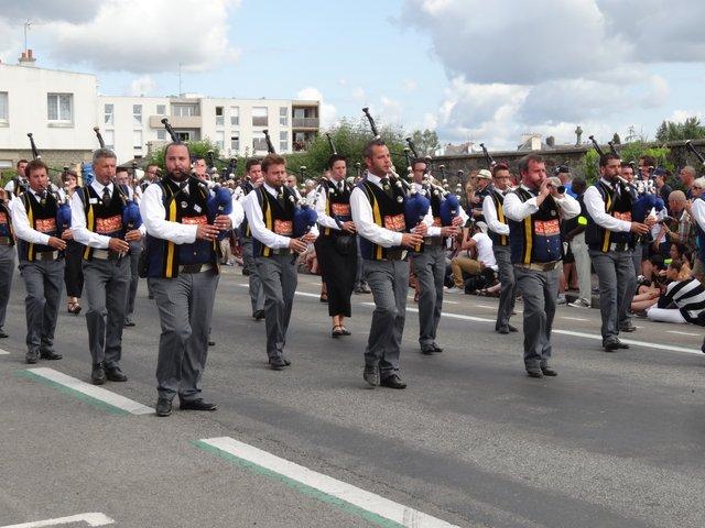Musiciens en costume traditionnel Grande parade, festival interceltique Lorient 2014
