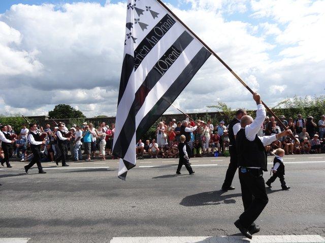 Drapeau breton et son porteur Grande parade, festival interceltique Lorient 2014