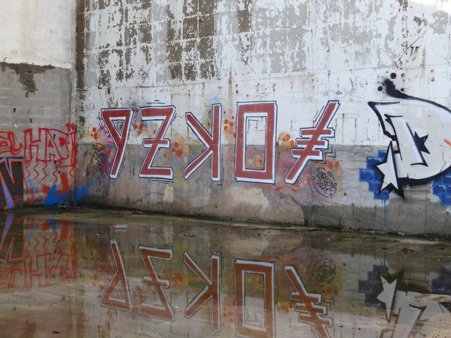 Street Art port de Lorient (graffitis) : reflet dans l'eau