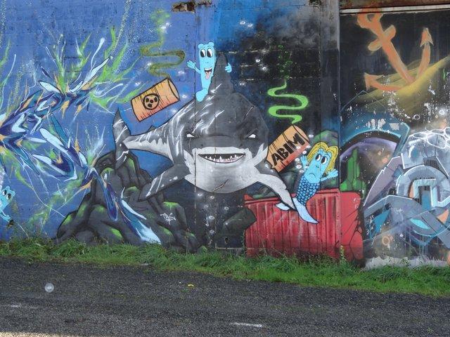 Street Art port de Lorient (graffitis) : requin ... pas chagrin ?