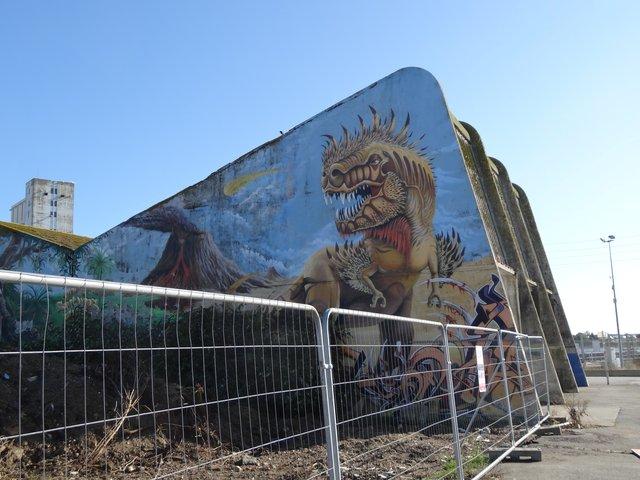 "Street Art port de Lorient (graffitis) : T Rex dans son ""jurrasic park"""